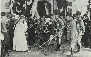 Ο κάιζερ Γουλιέλμος Β΄ (κέντρο, με το κράνος) στην Κωνσταντινούπολη το 1917. Πίσω του διακρίνεται ο Ταλαάτ Πασάς. Aπό το βιβλίο «Talaat Pasha. Father of Modern Turkey, Architect of Genocide» του Χανς - Λούκας Κίζερ (δεξιά).