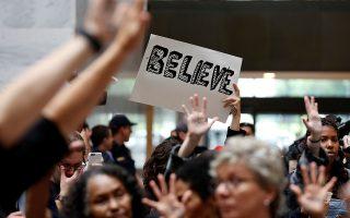 «Σε πιστεύω». Είναι η πιο σημαντική δήλωση που μπορεί να κάνει κάποιος απέναντι σε ένα θύμα κακοποίησης. Πρόσφατα στην Ισπανία όπου δικάστηκε μια υπόθεση ομαδικού βιασμού, δεκάδες γυναίκες βρέθηκαν έξω από το δικαστήριο κρατώντας μικρά πλακάτ που έγραφαν «Εγώ σε πιστεύω», μήνυμα υποστήριξης και κουράγιου για το νεαρό θύμα. Το ίδιο έγινε σήμερα και στο Καπιτώλιο όπου κατέθεσε η Christine Blasey Ford εναντίον του υποψήφιου για το Ανώτατο Δικαστήριο Brett Kavanaugh για σεξουαλική επίθεση. Πρέπει να πιστεύουμε, πρέπει να ενισχύουμε τα θύματα να μιλάνε χωρίς ντροπή και μετά να αφήνουμε την δικαιοσύνη να κάνει την δουλειά της. REUTERS/Joshua Roberts