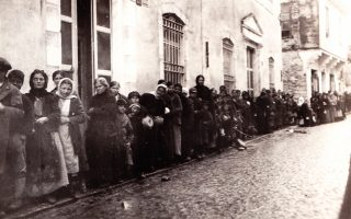 Καβάλα: η λεγόμενη «γραμμή του ψωμιού». Γυναίκες περιμένουν στη σειρά για τη διανομή ψωμιού από τον αμερικανικό Ερυθρό Σταυρό. Αυτές οι διανομές τροφίμων απέτρεψαν τους μαζικούς θανάτους από λιμό. (Horace S. Oakley, In Macedonia, Chicago, Il: n.p., 1920).