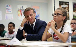 Το μοιραίο. Πρώτη ημέρα τις σχολικής χρονιάς για τους νεαρούς Γάλλους και ο πρόεδρος Macron επισκέφθηκε σχολείο στην Laval. Εκεί μοιράστηκε το θρανίο με νεαρή και σοβαρή μαθήτρια που μοιάζει να συλλογίζεται πόσο αυτή η μοιραία συνάντηση θα την καθορίσει όλη την υπόλοιπη σχολική χρονιά.  (Ludovic Marin/Pool Photo via AP)