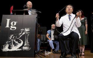 Οι επιστήμονες έχουν χιούμορ. Τα βραβεία Ig Nobel απονεμήθηκαν με τιμές και γέλια από κατόχους Νόμπελ στους πιο τρελούς επιστήμονες του κόσμου, (από μια τρέλα έχουν ξεκινήσει οι μεγαλύτερες ανακαλύψεις) στο πανεπιστήμιο Harvard. Ανάμεσα σε αυτούς ο εικονιζόμενος Akira Horiuchi που επιδεικνύει τα οφέλη της εφεύρεσής του, την κολονοσκόπηση που μπορεί κανείς να την κάνει μόνος του χωρίς να ντρέπεται (λέμε τώρα) τον γιατρό. Ανάμεσα στα άλλα βραβεία και η μελέτη για την απόρριψη με την χρήση  roller coaster των πετρών στα νεφρά... (AP Photo/Michael Dwyer)