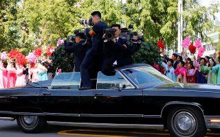 360. Την ώρα που χιλιάδες Βόρειο Κορεάτες με παραδοσιακές στολές και πλαστικά λουλούδια επευφημούσαν τους δυο προέδρους φωνάζοντας συνθήματα για την ένωση, οι δημοσιογράφοι της χώρας ήταν επί το έργον. Στην τρίτη κατά σειρά συνάντηση Κιμ Γιονγκ Ουν με τον Μουν Τζάε Ιν οι τηλεοπτικές κάμερες κάλυπταν σε 360 μοίρες το ιστορικό γεγονός στην απομονωμένη χώρα. Pyeongyang Press Corps/Pool via REUTERS