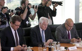 Τεχνολογία. Η εμμονή με τα έξυπνα κινητά τηλέφωνα δεν είναι αδυναμία μόνο των κοινών θνητών. Το ίδιο πρόβλημα φαίνεται να έχουν και οι πολιτικοί με χαρακτηριστικό παράδειγμα τους Andreas Scheuer, υπουργό μεταφορών, Horst Seehofer, υπουργό εσωτερικών και Peter Altmaier υπουργό οικονομικών και ενέργειας στην διάρκεια του υπουργικού συμβουλίου στην καγκελαρία. Αραγε να κοιτούν τι αναφέρουν τα νέα για αυτούς; τα μηνύματά τους ή τι γράφεται στην σελίδα τους στα κοινωνικά δίκτυα; AP Photo/Michael Sohn