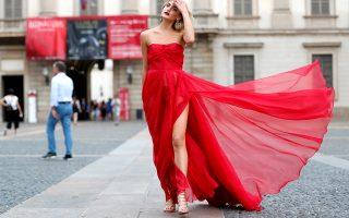 Απέξω. Ξεκίνησε η εβδομάδα μόδας στο Μιλάνο και οι φωτογράφοι στήθηκαν έξω από τους χώρους που γίνονται οι επιδείξεις για τους influencers, ή τους εντυπωσιακά ντυμένους καλεσμένους που θέλουν να φωτογραφηθούν. Το ίδιο ισχύει και για την όμορφη κυρία της φωτογραφίας που έβαλε τα καλά της για την περίσταση. REUTERS/Stefano Rellandini