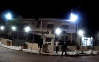 Στιγμιότυπο από την πρόσφατη επίθεση του «Ρουβίκωνα» στην πρεσβεία του Ιράν, για την οποία είχαν προειδοποιήσει οι αναλυτές της ΕΛ.ΑΣ. Περίπου 50-70 σημεία αναφέρονται ως στόχοι στα ημερήσια «δελτία κινδύνου», ανάμεσά τους δημόσια κτίρια και διπλωματικές αντιπροσωπείες.