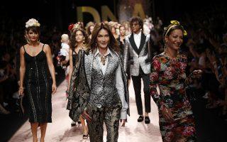 Δημοκρατική πασαρέλα. Μωρά, κυρίες μιας κάποιας ηλικίας, υπέρβαρα μοντέλα. Από όλα είχε η πασαρέλα των  Dolce & Gabbana στην Εβδομάδα μόδας του Μιλάνου και ανάμεσα σε αυτά και η πρώην πρώτη κυρία της Γαλλίας και πάντα μοντέλο και τραγουδίστρια. Carla Bruni Sarkozy. (AP Photo/Antonio Calanni)