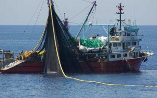 Ψαράδες τουρκικού αλιευτικού ρίχνουν ανενόχλητοι δίχτυα εντός ελληνικών υδάτων. Η ανεξέλεγκτη αλιεία απειλεί με εξαφάνιση τα ιχθυαποθέματα.