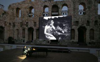 Στη σκηνή του Ηρωδείου ο Φίλιππος Τσαλαχούρης ερμηνεύει τη μουσική που συνέθεσε για την ταινία του Ορέστη Λάσκου.