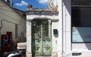 Μία νεοκλασική σφίγγα σε σπίτι στην Αγιά Λαρίσης.