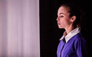 Σκηνή από το «Ευχαριστημένο» της Μαρίνας Καραγάτση με τη Σίσσυ Τουμάση, στο θέατρο Πορεία.