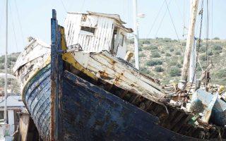 Επειτα από περίπου 40 χρόνια διπλωματικής καριέρας, ο Ιταλός Στέφανο Μπενάτσο άλλαξε ζωή όπως λέει στην «Κ» και γυρίζει τον κόσμο φωτογραφίζοντας ναυάγια και παροπλισμένα πλοία, σε μια προσπάθεια να διασώσει τη ναυτική πολιτιστική κληρονομιά και να ευαισθητοποιήσει τον κόσμο για την παραδοσιακή ναυπηγική τέχνη που χάνεται. Ο κ. Μπενάτσο ταξίδεψε και σε ελληνικά ναυάγια και παρουσιάζει τη δουλειά του στην Πινακοθήκη του Πειραιά.