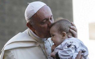 Ο Πάπας Φραγκίσκος στη χθεσινή εμφάνισή του στην πλατεία του Αγίου Παύλου, στο Βατικανό, ευλογεί βρέφος.