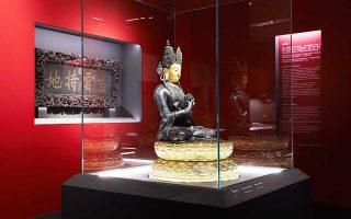 Χάλκινο αγαλμάτιο του Εξάγχειρου Mahakala από την έκθεση «Από την Απαγορευμένη Πόλη: Αυτοκρατορικά διαμερίσματα του Qianlong», στο Μουσείο της Ακρόπολης. Σπάνια εκθέματα βγαίνουν πρώτη φορά από τα κλειστά διαμερίσματα του αυτοκράτορα Τσιανλόγκ, ενός από τους πιο φωτισμένους ηγεμόνες που εδραίωσαν στην εποχή τους την κινεζική κυριαρχία.
