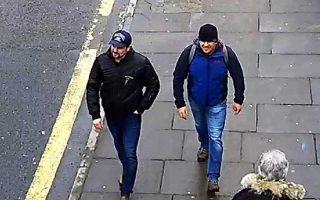 Ο Ρουσλάν Μπορίσοφ (αριστερά) και ο Αλεξάντερ Πετρόφ εικονίζονται να διασχίζουν δρόμο του Σόλσμπερι, σε φωτογραφία που έδωσαν στη δημοσιότητα οι βρετανικές αρχές.