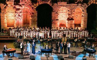 Η κορύφωση της συναυλίας με την παιδική χορωδία επί σκηνής, τους τρεις συνθέτες και όλους τους ερμηνευτές.