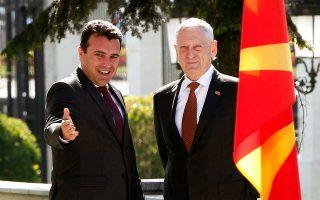 Ο Ζ. Ζάεφ με τον υπουργό Αμυνας των ΗΠΑ Τζ. Μάτις, χθες, στα Σκόπια.