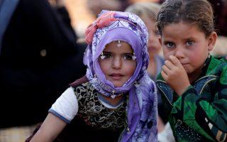 Δύο παιδιά Σύρων που αναγκάστηκαν πρόσφατα να εγκαταλείψουν τις εστίες τους εικονίζονται σε καταυλισμό της επαρχίας Ιντλίμπ. Ο τελευταίος μεγάλος θύλακος των αντικαθεστωτικών φιλοξενεί εκατοντάδες χιλιάδες εσωτερικούς πρόσφυγες από άλλες περιοχές της Συρίας.