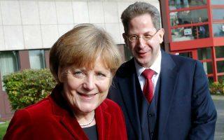 Η Γερμανίδα καγκελάριος και ο τωρινός επικεφαλής της υπηρεσίας προστασίας του συντάγματος (Verfassungsschutz) Χανς Γκέοργκ Μάασεν, σε παλαιότερες ευτυχισμένες στιγμές τον Οκτώβριο του 2014.