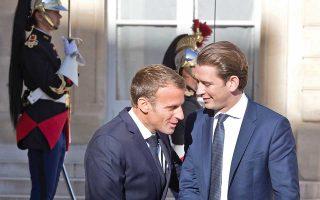 Ο Γάλλος πρόεδρος Εμανουέλ Μακρόν, αριστερά, καλωσορίζει τον Κουρτς στο Ελιζέ, στο Παρίσι.