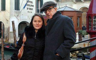 Ο Αμερικανός ηθοποιός και σκηνοθέτης Γούντι Αλεν με τη σύζυγό του Σουν Γι στη Βενετία.