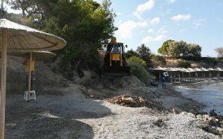 Η ολοκαίνουργια μπουλντόζα «κατεβαίνει» στην παραλία.