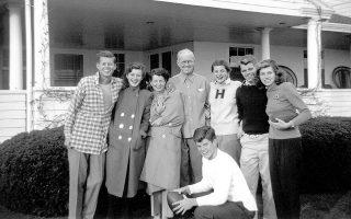 Εικόνα του 1948 από το κτήμα του Χαϊάνις Πορτ, στην οποία η οικογένεια Κένεντι φαίνεται να απολαμβάνει τις διακοπές της.