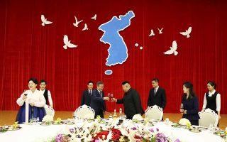 Πρόποση υπέρ της επιτυχίας της τριήμερης συνόδου κορυφής στην Πιονγιάνγκ πραγματοποίησαν ο πρόεδρος της Νότιας Κορέας, Μουν Τζάε Ιν, και ο Βορειοκορεάτης ηγέτης, Κιμ Γιονγκ Ουν, κατά τη διάρκεια του χθεσινού επίσημου γεύματος κάτω από χάρτη της ενωμένης κορεατικής χερσονήσου. Ο πρόεδρος Μουν έχει αναλάβει τον ρόλο διαμεσολαβητή μεταξύ Πιονγιάνγκ και Ουάσιγκτον, σύμφωνα με αίτημα του Ντόναλντ Τραμπ.