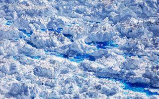 Λίμνες λιωμένου πάγου διακόπτουν την επιφάνεια του παγετώνα «Χελάιμ», κοντά στο Τασιλάκ της Γροιλανδίας.