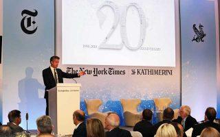 Μια ιδιαίτερα ενδιαφέρουσα συζήτηση για το μέλλον της ενημέρωσης στην εποχή της ψηφιακής τεχνολογίας και των fake news πραγματοποιήθηκε στην καταληκτική συνεδρία του Athens Democracy Forum, προ-χθές το βράδυ. Στο πάνελ βρέθηκαν ο κορυφαίος επιφυλλιδογράφος των ΝΥΤ Ρότζερ Κοέν, ο επικεφαλής των NYT International Στίβεν Ντάνμπαρ Τζόνσον (φωτ.) και ο διευθυντής της «Κ» Αλέξης Παπαχελάς, οι οποίοι μίλησαν για την επιρροή των μέσων κοινωνικής δικτύωσης και την προσαρμογή του Τύπου στις νέες συνθήκες.
