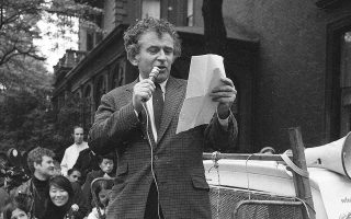 Ο Νόρμαν Μέιλερ, ένας εκ των τριών ιδρυτών του Village Voice, μιλάει σε προεκλογική συγκέντρωση για τη δημαρχία της Νέας Υόρκης, στο Μπρούκλιν Χάιτς, στις 24 Μαΐου του 1969.