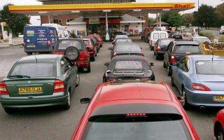 Aυτοκίνητα περιμένουν σε βενζινάδικο του Μάντσεστερ στην Αγγλία.