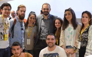 Ο αναπληρωτής καθηγητής Πάνος Παρθένιος, διευθυντής Προγράμματος Μεταπτυχιακών Σπουδών στην Κρήτη, ανάμεσα σε φοιτητές.