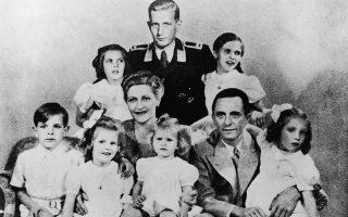 Η οικογένεια Γκέμπελς, το 1942. Ορθιος στο κέντρο, ο Χάραλντ, γιος της Μάγδας από τον πρώτο της γάμο.