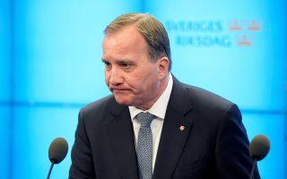 Το πολιτικό αδιέξοδο αποτυπώνεται ξεκάθαρα στο πρόσωπο του Σοσιαλδημοκράτη Στέφαν Λεβέν, ο οποίος έχασε χθες την εμπιστοσύνη της σουηδικής Βουλής αλλά παραμένει στο αξίωμά του ως υπηρεσιακός πρωθυπουργός. «Κλειδί» για τη συνέχεια, η στάση της Κεντροδεξιάς απέναντι στο αντιμεταναστευτικό κόμμα SD.