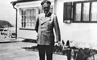 Ο Αδόλφος Χίτλερ στην ταράτσα του Μπέργκχοφ ποζάρει με τον αγαπημένο του σκύλο Μπλόντι.