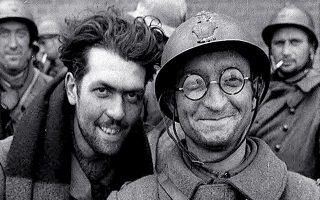Γάλλοι στρατιώτες εκδηλώνουν τη χαρά τους, έχοντας διαφύγει από τη Δουνκέρκη με προορισμό τη Βρετανία.