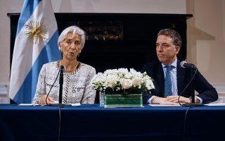 Η γενική διευθύντρια του ΔΝΤ Κριστίν Λαγκάρντ μαζί με τον υπουργό Οικονομικών της Αργεντινής Νίκολας Ντουχόβνε στη διάρκεια συνέντευξης Τύπου για την παρουσίαση του οικονομικού προγράμματος, στο οποίο κατέληξαν οι δύο πλευρές ύστερα από εντατικές διαβουλεύσεις.