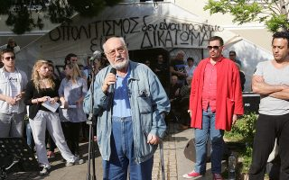 Προχθές, στην Ευελπίδων, ο Κώστας Γεωργουσόπουλος (κέντρο) δικάστηκε για χρέη του μουσείου στο ΙΚΑ, αλλά προέκυψε ότι είχε δικαστεί ερήμην του για χρέος 80.000 ευρώ του μουσείου προς την εφορία.