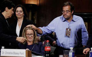 Η καθηγήτρια Κριστίν Μπλέιζι Φορντ (κέντρο) πλαισιωμένη από τους δικηγόρους της, μετά την κατάθεσή της, χθες, στη Δικαστική Επιτροπή της αμερικανικής Γερουσίας, κατά του Μπρετ Κάβανο.