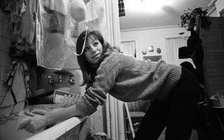 Η Στρέιζαντ βάζει μπουγάδα στο σπίτι της στη Νέα Υόρκη, το 1963.