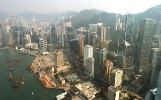 Διεθνές οικονομικό και επιχειρηματικό κέντρο το Χονγκ Κονγκ, όπου παρατηρούνται οι πιο μεγάλες διαφορές στις τιμές. Από το 2012 έως σήμερα, οι τιμές στην αγορά ακινήτων καταγράφουν άνοδο ετησίως 10%.