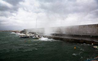 Προβλήματα αλλά και εικόνες άγριας ομορφιάς, όπως αυτή στο λιμάνι της Ραφήνας, δημιούργησε το κύμα κακοκαιρίας που πλήττει με σφοδρότητα τη χώρα. Οι ισχυροί άνεμοι και οι έντονες βροχοπτώσεις θα συνεχιστούν μέχρι και την Κυριακή, ενώ από αύριο ο μεσογειακός κυκλώνας αναμένεται να επηρεάσει τα νοτιοδυτικά της χώρας. Σελ. 3