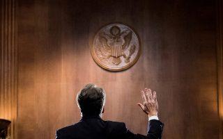 Ο δικαστής Μπρετ Κάβανο ορκίζεται προτού καταθέσει ενώπιον της επιτροπής της Γερουσίας στην Ουάσιγκτον.