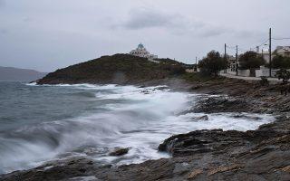 Κύματα σκάνε με δύναμη στα βράχια του Λαυρίου.
