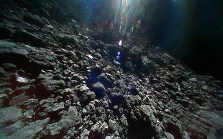 Φωτογραφία της επιφάνειας του αστεροειδούς Ριούγκου που ελήφθη από ένα από τα ρομποτικά οχήματα που «χοροπηδούν» στην επιφάνειά του.