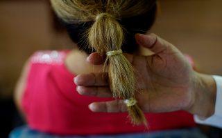 Καλλωπισμός. Η κομμώτρια Sandra Hernandez δείχνει τα χτενίσματα που κάνει για τις πελάτισσές της με την βοήθεια κομμένων προφυλακτικών στο κατάστημά της στην Αβάνα. REUTERS/Alexandre Meneghini