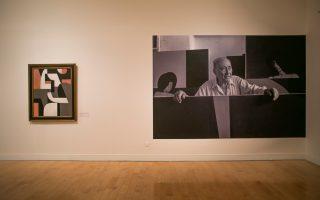 Η «Περίσκεψη» (αριστερά) και ο Μόραλης φωτογραφημένος από τον Ζ.-Φ. Μπονόμ.