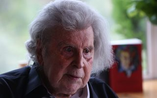 Ο μουσικοσυνθέτης και αγωνιστής της Αριστεράς Μίκης Θεοδωράκης παρουσιάζει το τελευταίο του βιβλίο,