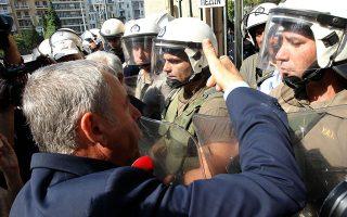 Εργαζόμενοι στον χώρο της Υγείας έξω από το υπουργείο Μακεδονίας-Θράκης δεν είχαν την τιμή να συναντήσουν τη νέα υφυπουργό...
