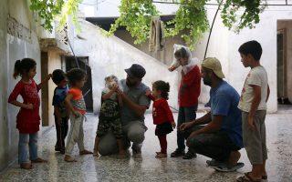 Αυτοσχέδια μάσκα κατασκεύασε ο Hudhayfa al-Shahad για την προστασία από τα χημικά στην επαρχία του Ιντλίμπ, την οποία προσπαθεί να εφαρμόσει σε παιδιά.